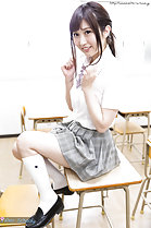 Wakatsuki Maria sitting on desk